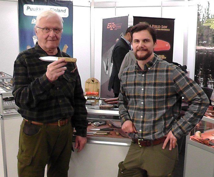Lars Fält präsentiert sein Überlebensmesser