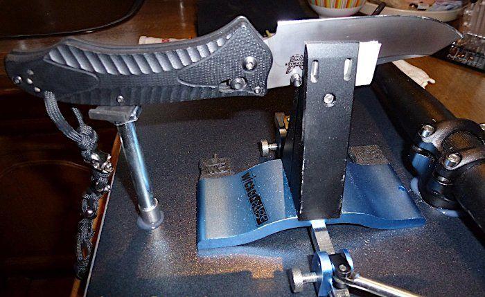 Wicked Edge mit eingespannten Taschenmesser