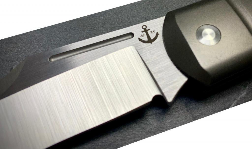 Lasergravur auf der Klinge des TUYA Blackbeard